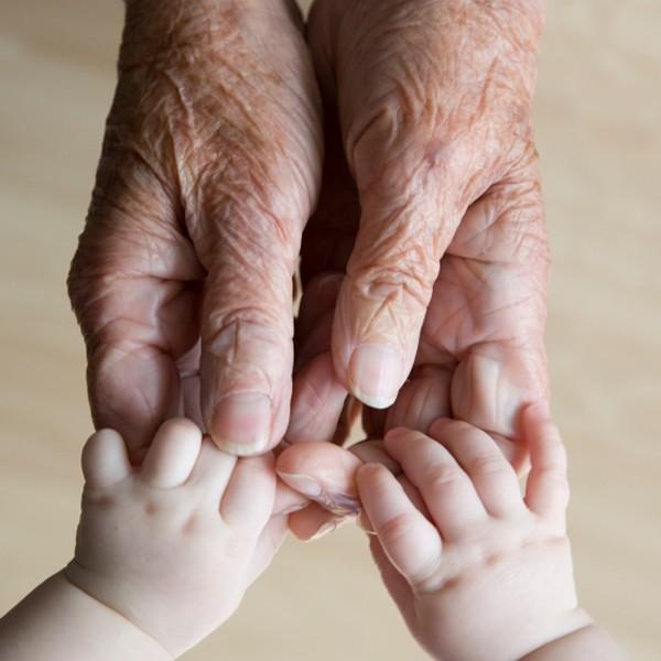 tenendomi la mano